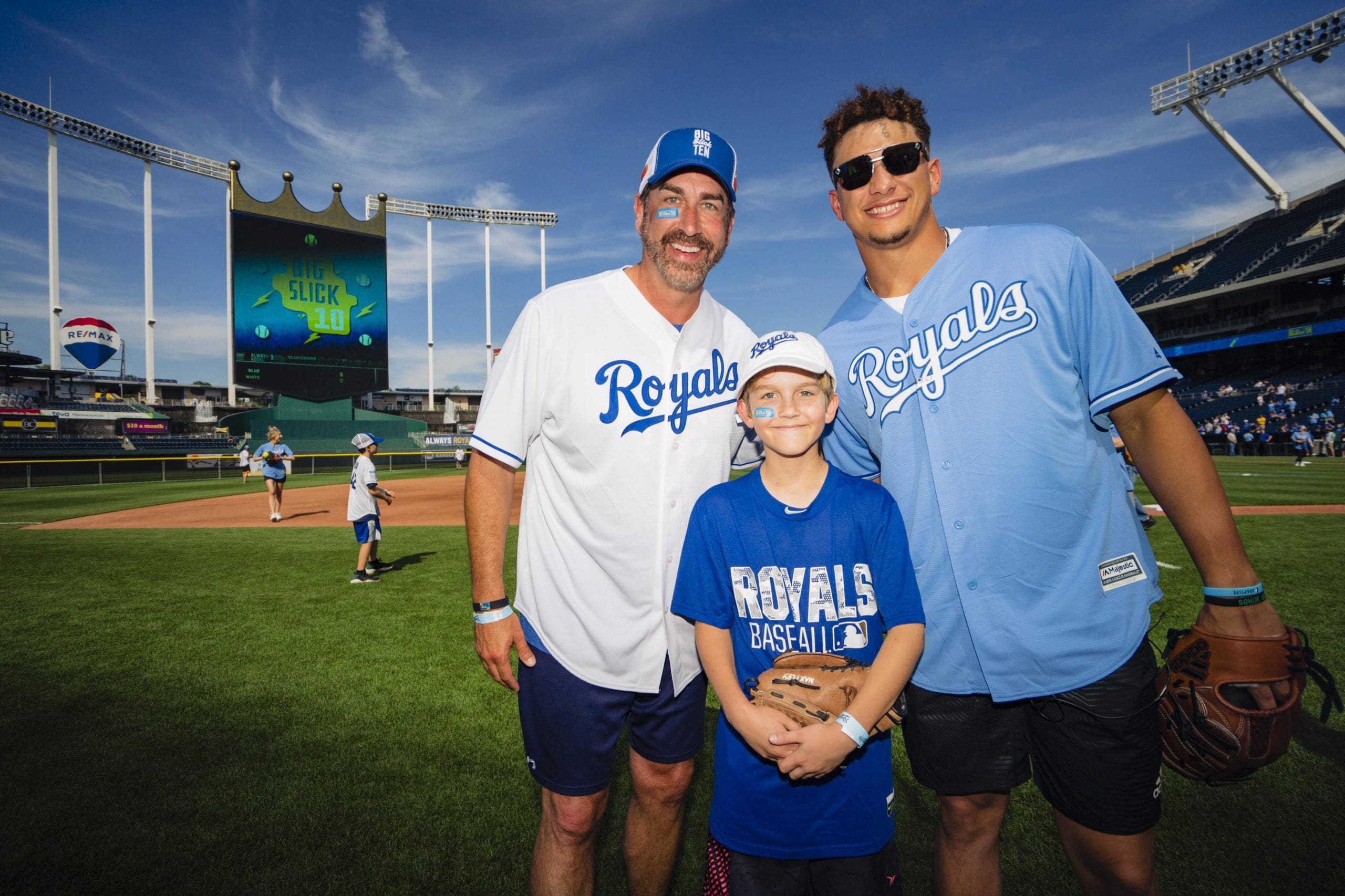 Big Slick host Rob Riggle with Chiefs quarterback Patrick Mahomes and a Children's Mercy patient.